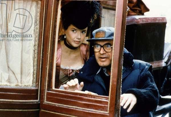 Le realisateur Milos Forman et Annette Bening lors du tournage du film Valmont de MilosForman, 1989