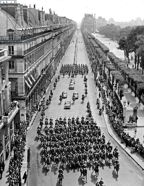 American President John Kennedy in Paris : view of the Presidential procession rue de Rivoli from the Navy minister roof May 31, 1961, photo Pool