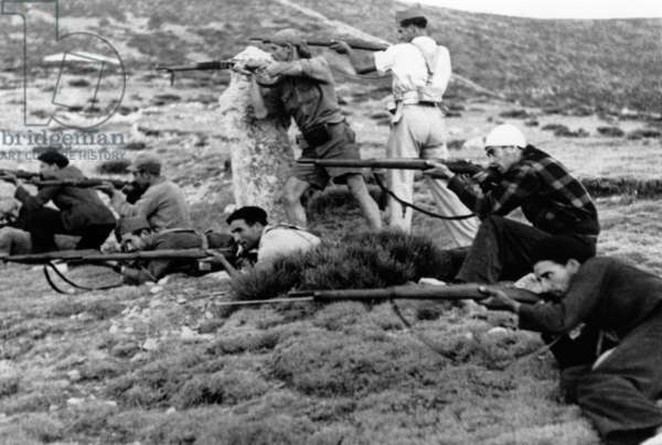 Spanish civil war, 1936-1939 : armed Republicans fighting in mountains