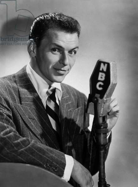 Franck Sinatra sings on radio station NBC in the 40's