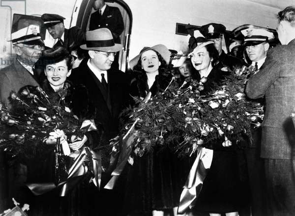 arrival of Olivia de Havilland, David O'Selznick, Vivien Leigh eand Margaret Mitchell at premiere du film