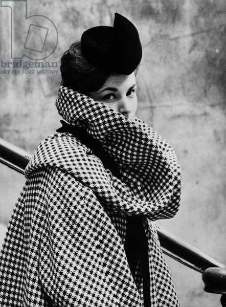 Presentation on August 15, 1959 of fashion by Pierre Cardin for autumn-winter 1959 - 1960 : coat and hat