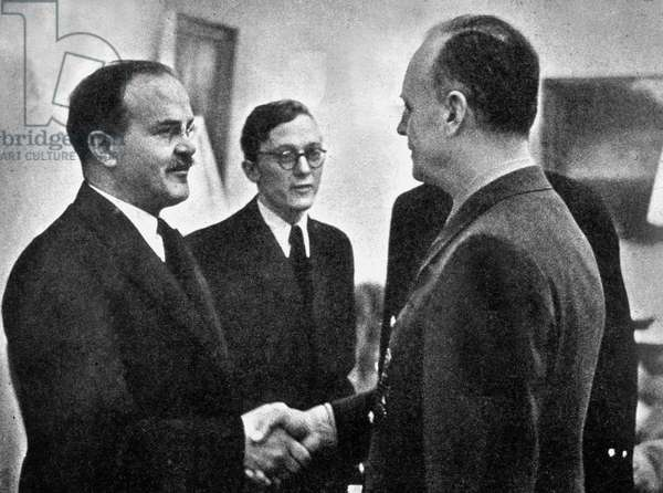 Signing of the Nazi-Soviet non-aggression pact at Moscow, 23 August 1939 : Vyacheslav Molotov and Joachim von Ribbentrop