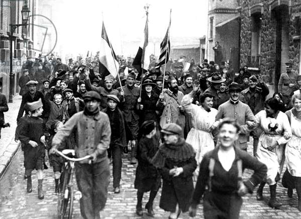 patriotic demonstration in Vincennes, France at the time of the Armistice , November 1918