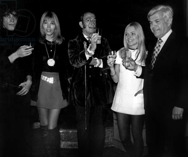 At Maxim's restaurant in Paris : American William Grossman (r) announcing the creation of a Goncourt prize for painting. Here : Julien Clerc, Amanda Lear, Salvador Dali (who made the poster) and France Gall on December 29, 1969