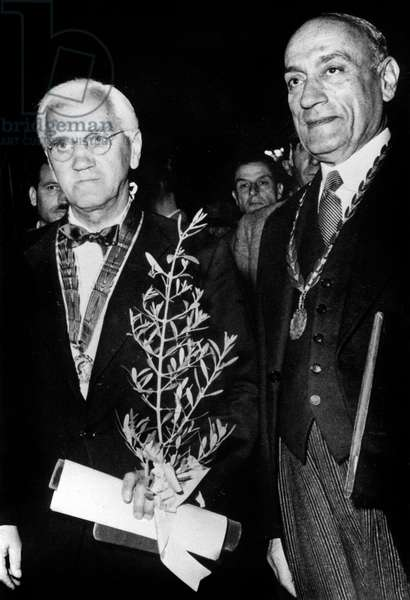 Sir Alexander Fleming pioneer of penicillin Alexander Fleming elected as foreign member by greek academy here holding branch of wild olive and E. Emmanuel October 27, 1952