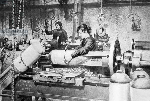 Women working in munitions fActory during ww1, France