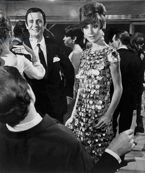 Voyage a Deux Two for the Road avec Georges Descrieres et Audrey Hepburn (robe metallique Paco Rabanne) 1967