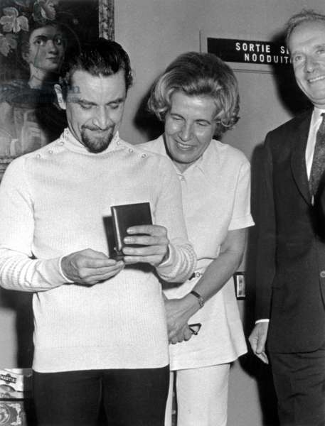 Choreographer Maurice Bejart and his wife with gold medal of Brussels they have just received September 4, 1970