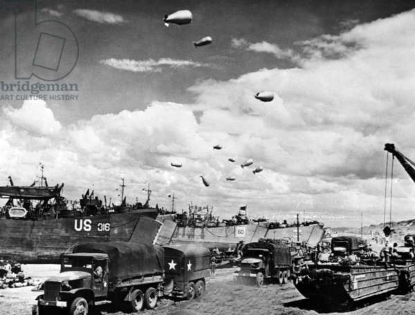 Overlord operation in Normandy, June 1944 : American equipment : LST (Landing Ship Tank), trucks and aerostats