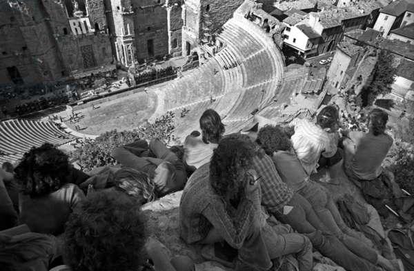 Orange music festival, spectators overhang an amphitheatre, waiting for a concert. France, 1975.