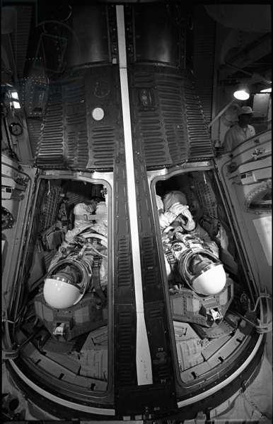 Gemini 4 (June 1965) : training for 2 Astronauts James McDivitt and Edward White in spacecraft