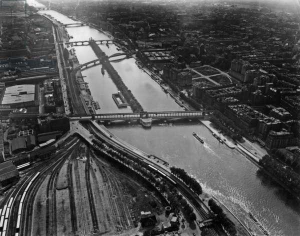 "Paris, 1936 : railways of Orsay station, Seine river and the ""ile aux cygnes"" (island)"