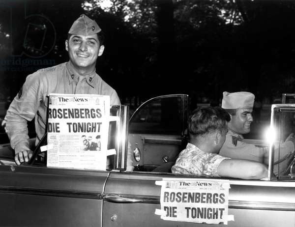 American soldiers with paper The News : Rosenbergs die tonight (Rosenberg affair in USA : Ethel and Julius Rosenberg communist, condemned for spying and executed on June 19, 1953)