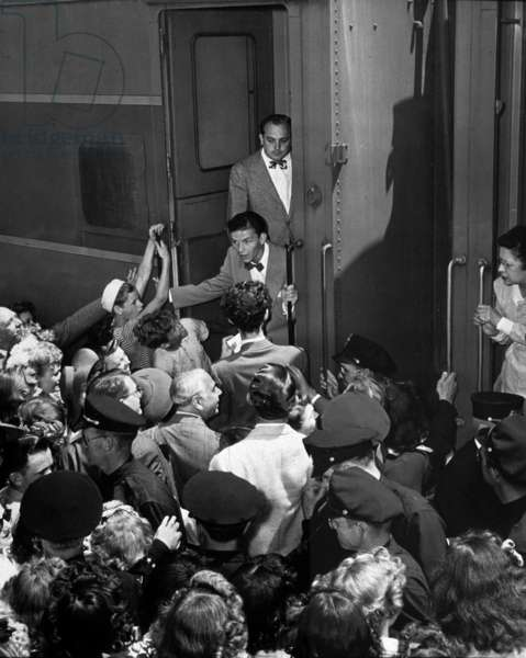 Frank Sinatra taking the train surrounds his fans of Pasadena C.1945