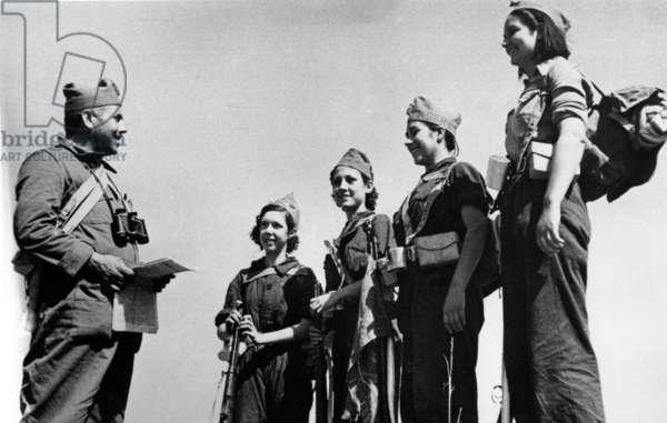 Spanish civil war, 1936-1939 : young militiawomen(Republicans) receiving instructions