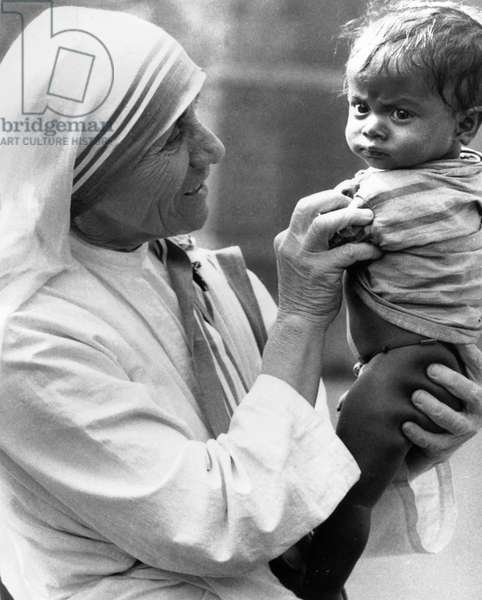 Mother Teresa (1910-1997) with an orphan of Calcutta on December 24, 1971