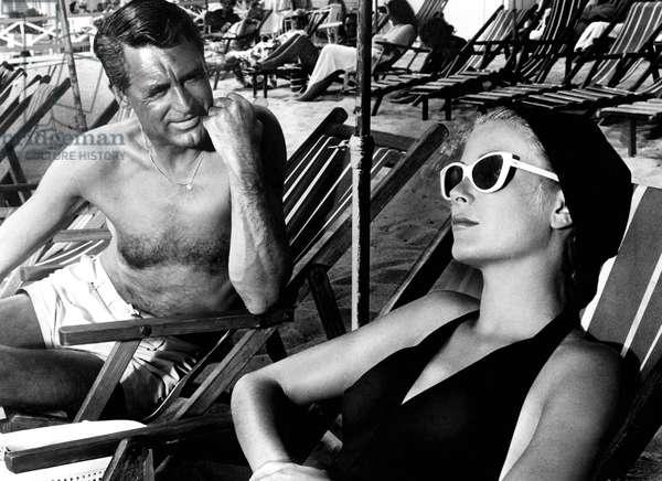 La main au collet To Catch a Thief de AlfredHitchcock avec Cary Grant et Grace Kelly (lunettes de soleil Oliver Goldsmith) 1955 (sur la Cote d'Azur, French riviera)