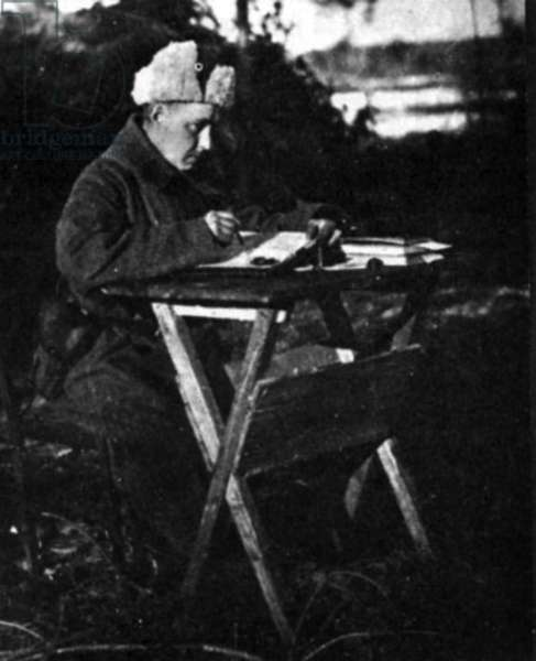 Alexandre Soljenitsyne at war, writing a letter, ww2