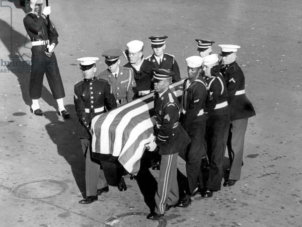 Funeral of American President John Fitzgerald Kennedy in Washington on November 25, 1963 : militaries carrying the coffin
