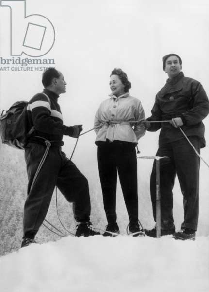 Olivia de Havilland on winter sports in Mont Blanc in France with Lachenal (l) et Lionel Terray (r) the famous French mountaineers February 12, 1954