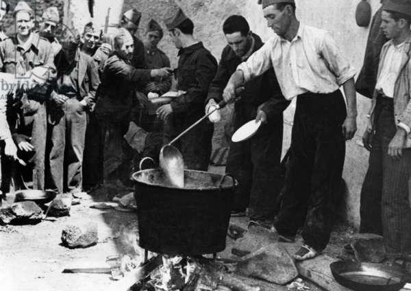 Spanish civil war, 1936-1939 : militiamen (Republicans) cooking, August 1936