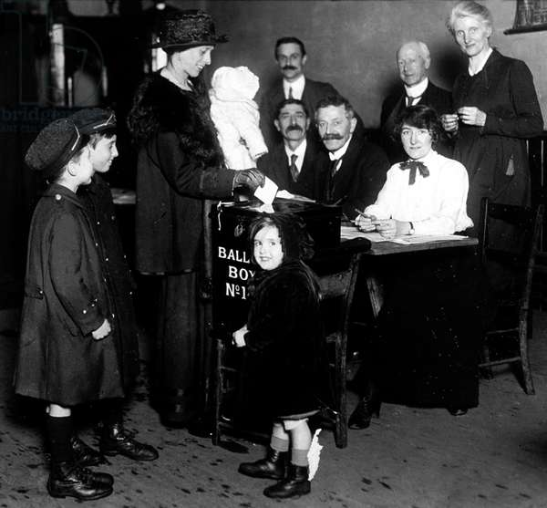 first right to vote for women over 30 years old in England : English family going to vote in 1918