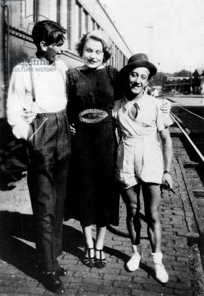 Frank Sinatra, Patty, Jo on tour with Hoboken four , c. 1935