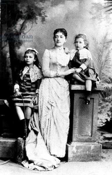 Mere, soeur Marthe (6) et frere Paul (2) de Jean Cocteau vers 1883 - mother, sister Marthe (6) and brother Paul (2) of Jean Cocteau around 1883