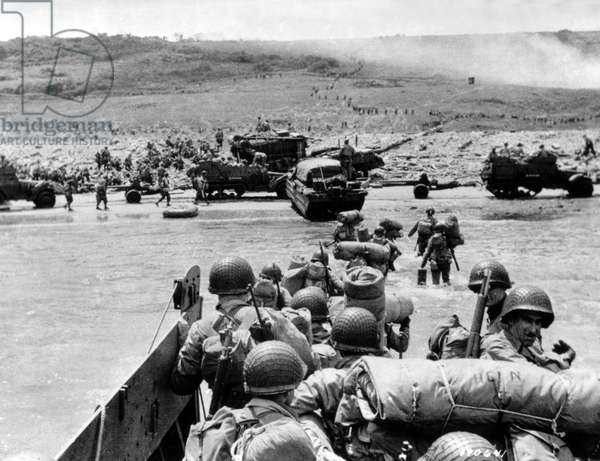 American Soldiers landing on Omaha Beach, 6th June 1944 (b/w photo)