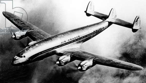 avion Constellation de la compagnie Air France effectuant un vol Paris - Tokyo en 45 heures le 25 novembre 1952