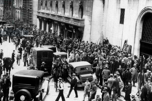 Stock market crash, New York,1929 : on October 29, 1929 (black tuesday) : shareholders and investors gathering