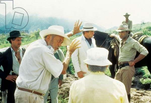 Au dessous du Volcan UNDER THE VOLCANO de John Huston ici sur le tournage avec Albert Finney, 1984