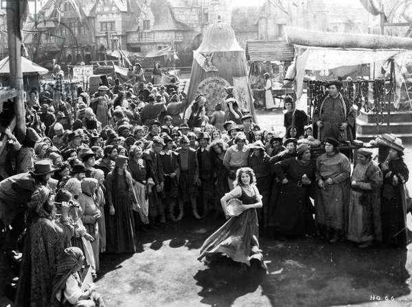 Quasimodo le bossu de Notre Dame The Hunchback of Notre Dame de WilliamDieterle avec Maureen O'Hara (Esmeralda dansant sur le parvis de Notre Dame) 1939 (d'apres VictorHugo)