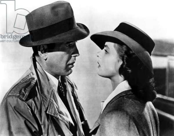 CASABLANCA de MichaelCurtiz avec Ingrid Bergman et Humphrey Bogart (impermeable Burberry et chapeau Fedora) 1942 Oscar1943