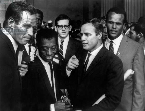 Charlton Heston et Marlon Brando avec James Baldwin et Harry Belafonte au Memorial Lincoln pendant le mois de mars à Washington contre la ségrégation raciale le 28 août 1963