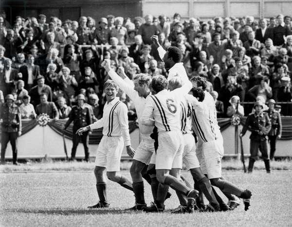 Film A nous la victoire Escape to Victory : scene de la victoire de l' equipe des prisonniers allies avec Pele (Edson Arantes do Nascimento) porte en triomphe par ses camarades le 24 septembre 1981 Neg B31217PL football