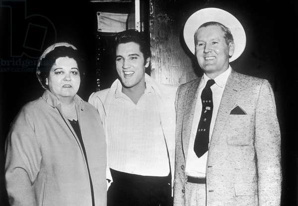 Elvis Presley et ses parents vers 1955