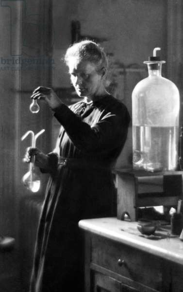 Physician of polish origins Marie Curie (1867-1934) in her laboratory, she discovered in 1898 radioactive elements radium and polonium (physics Nobel prize in 1903), here in 1925