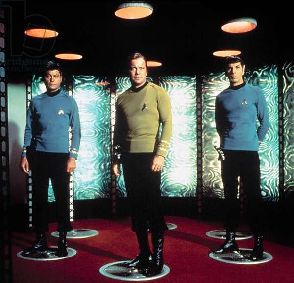 Serie televisee STAR TREK avec DeForest Kelley, William Shatner, Leonard Nimoy (Dr Spock), ici sur la plateforme de teleportation, 1966 - 1969
