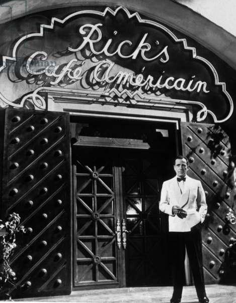 Casablanca de MichaelCurtiz avec Humphrey Bogart (devant le Rick's cafe americain pendant la guerre) 1942 Oscar1943