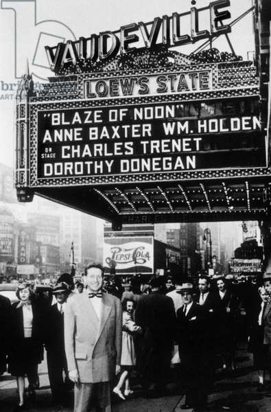 Charles Trenet devant le Loew's State, theatre de New York. 1947