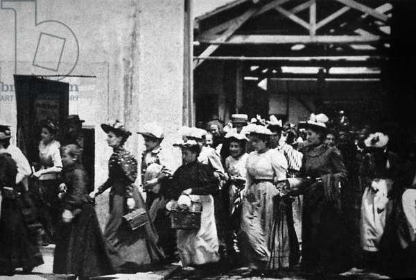 Les employés du documentaire quittant la Lumière Factory par LouisLumiere 1895