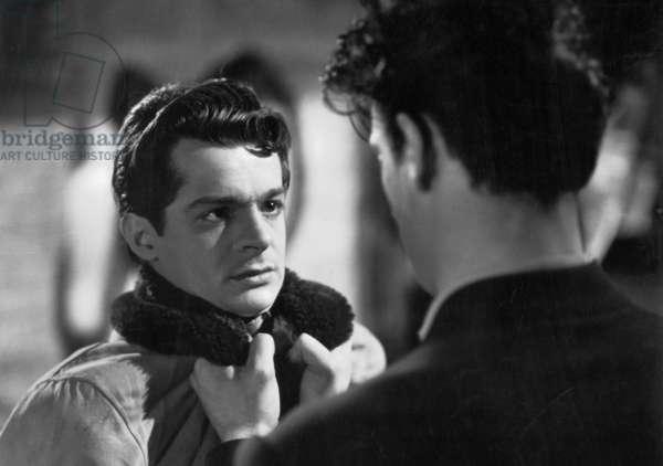 Les portes de la nuit de MarcelCarne avec Serge Reggiani et Yves Montand (de dos) 1946