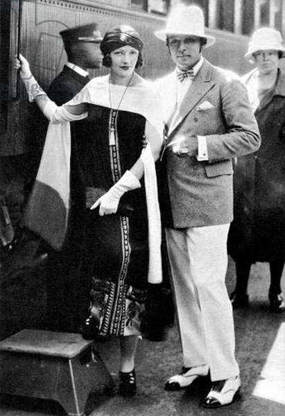 Rudolph Valentino and his wife Natacha Rambova at the station in Los Angeles in 1925