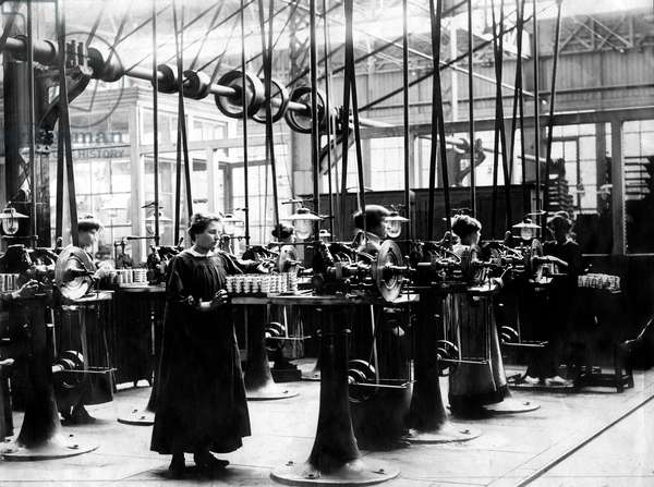 Women working at the Schneider fActory near Honfleur, Normandy, France : making of the rockets, during the great war