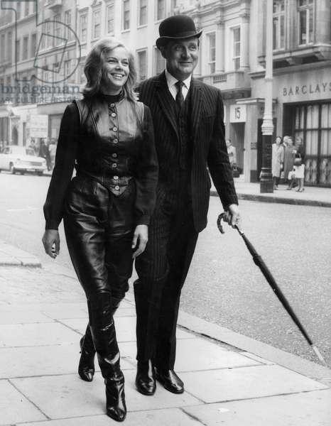 Chapeau Melon et bottes de cuir The avengers serie televisee series avec Honor Blackman et Patrick Macnee le 18 septembre 1963 Neg 91828PL