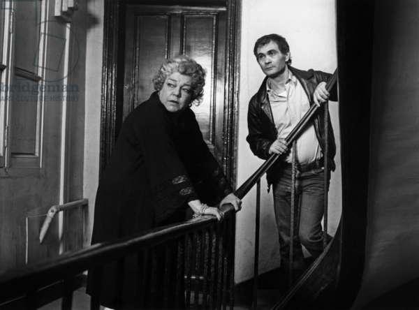 Le realisateur Moshe Mizrahi et Simone Signoret lors du tournage du film La vie devant soi de MosheMizrahi 1977