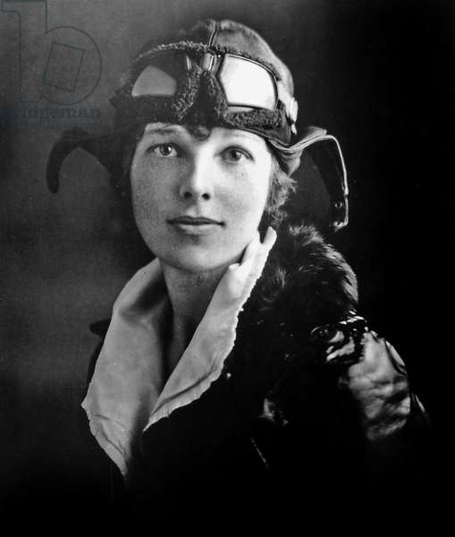 Amelia Earhart (1897-1937) aviatrice americaine qui disparut en juillet 1937 dans l'ocean pacifique lors d'une traversee au dessus des Nukumanu Islands ici c. 1935--- Amelia Earhart (1897-1937) American woman pilot who disappeared July 1937 in the Pacific Ocean while on a highly publicized world flight attempt here c. 1935