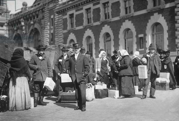 Immigrants in Ellis Island in NYC in 1907